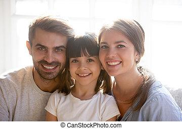 портрет, немного, семья, posing, счастливый, родитель, дочь