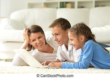 портрет, портативный компьютер, семья, счастливый