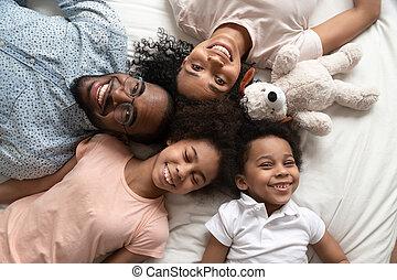 портрет, kids, семья, счастливый, вверх, посмотреть, черный
