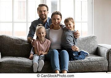 портрет, kids, семья, счастливый, расслабиться, диван