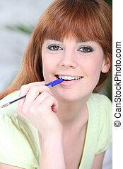 портрет, of, , женщина, with, ручка, в, ее, рот