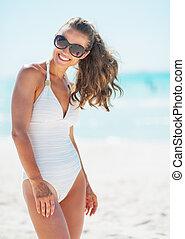 портрет, of, улыбается, молодой, женщина, на, пляж