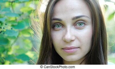 портрет, smiling., закрыть, вверх, волосы, blowing, женщина, ветер, камера, молодой, брюнетка, девушка, ищу