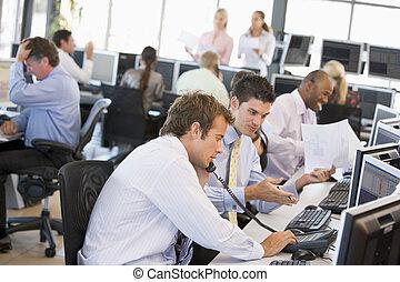 посмотреть, of, занятый, акции, traders, офис