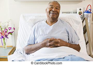 постель, сидящий, человек, больница, улыбается, старшая