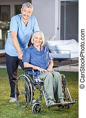 постоянный, женщина, инвалидная коляска, старшая, мужской, медсестра