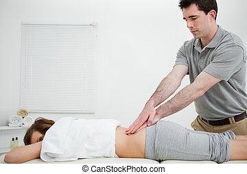постоянный, женщина, назад, в то время как, massaging, человек