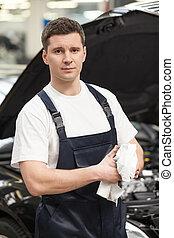 постоянный, крупный план, his, носовой платок, work., автомобиль, wiping, уверенная в себе, в то время как, механик, руки, фронт