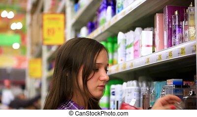 поход по магазинам, shop., молодой, chooses, она, hd., маленький, supermarket., духи, 1920x1080, человек