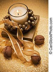 праздничный, свеча, surrounded, от, орешки, and, tape.
