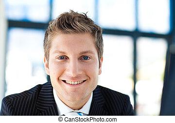 привлекательный, бизнесмен, улыбается, в, , камера