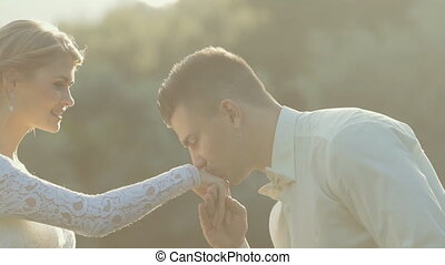 привлекательный, жених, takes, , bride's, рука, and, kisses,...