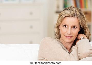 привлекательный, искренний, среднего возраста, женщина