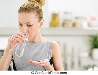 принимать пищу, молодой, домохозяйка, воды, питьевой, pills
