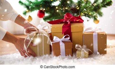 принятие, коробка, подарок, рождество, дерево, руки, под