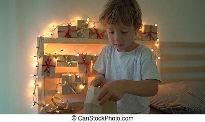 приход, мальчик, немного, концепция, выстрел, открытие, lightened, concept., год, lights., получение, рождество, постель, подвешивание, готов, новый, slowmotion, календарь, настоящее время