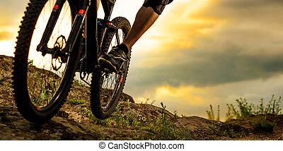 профессиональный, велосипедист, верховая езда, , велосипед, вниз, скалистый, холм, в, sunset., экстремальный, sport., пространство, для, text.