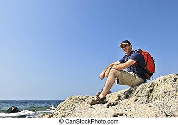 путешественник, сидящий, на, камень