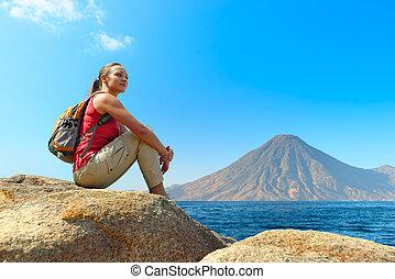 путешественник, with, рюкзак, relaxing, на, камень