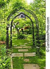 пышный, зеленый, сад