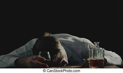 пьяный, человек, спать, with, стакан, of, алкоголь, напиток,...