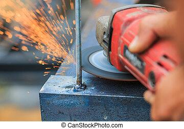 работник, резка, металл, with, grinder., искры, в то время как, шлифовка, железо