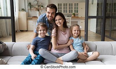 расслабиться, семья, счастливый, kids, портрет, диван