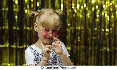 ребенок, задний план, занавес, фольга, pointing, camera., posing, fingers, золотой, девушка, улыбается