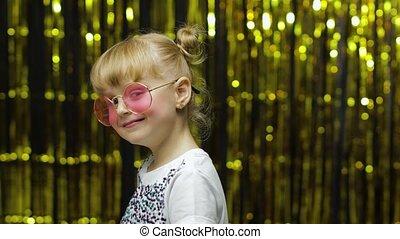 ребенок, задний план, ищу, летать, занавес, фольга, камера, posing, изготовление, kiss., девушка, улыбается