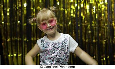ребенок, задний план, around., занавес, фольга, танцы, дитя, celebrating, posing, fooling, девушка, победа