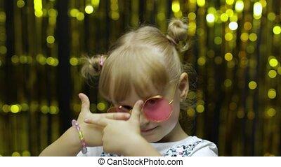 ребенок, задний план, around., руки, занавес, фольга, танцы, дитя, posing, waving, fooling, девушка