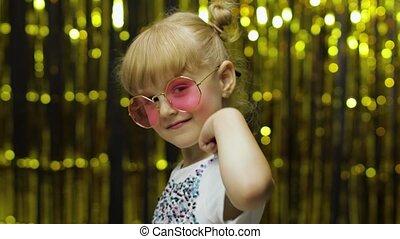 ребенок, показать, ищу, задний план, thumbs, занавес, фольга, улыбается, camera., posing, вверх, девушка, золотой