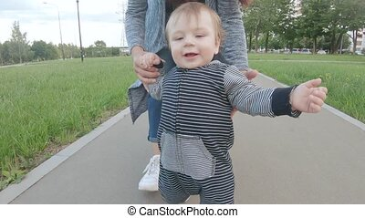 ребенок, learns, ходить