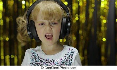 ребенок, sings, having, headphones., dances, немного, дитя, relaxing, enjoying, музыка, гунн, listens, девушка