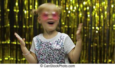ребенок, smiling., задний план, показать, занавес, фольга, вокруг, танцы, изумление, posing, fooling, девушка