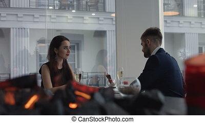 ресторан, his, романтический, дайте, пара, молодой, валентин, celebrating, предложение, брак, создание семьи, человек, дата, кольцо, девушка, день, счастливый