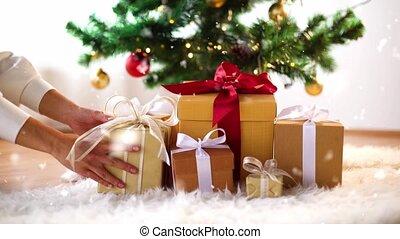 рождество, дерево, под, руки, коробка, подарок, принятие