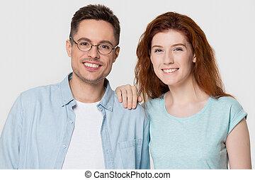 романтический, пара, isolated, молодой, ищу, камера, задний план, счастливый
