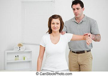 рука, his, examining, врач, в то время как, плечо, держа, пациент, комната