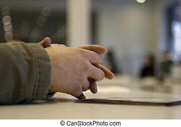 руки, clasped