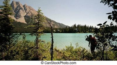 рюкзак, постоянный, берег реки, посмотреть, задний, лес, мужской, кавказец, 4k, путешественник, молодой
