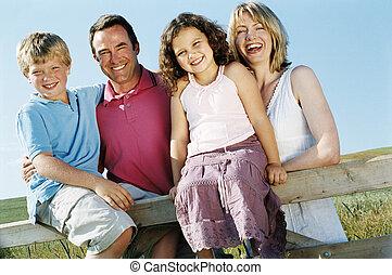 семья, на, забор, на открытом воздухе, улыбается