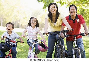 семья, на, bikes, на открытом воздухе, улыбается
