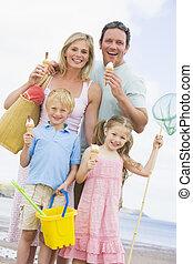 семья, постоянный, в, пляж, with, лед, крем, улыбается