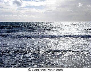 серебряный, море