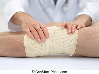 середине, раздел, of, врач, bandaging, нога, of, пациент, в, больница