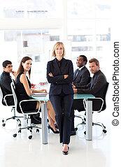 серьезный, бизнес-леди, with, folded, arms, в, встреча