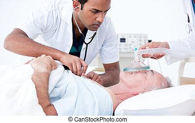 серьезный, пациент, resuscitating, врач