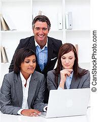 серьезный, businesswomen, and, их, коллега, за работой, в, , портативный компьютер