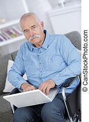 сидящий, инвалидная коляска, отключен, с помощью, старшая, портативный компьютер, человек